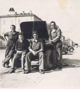Lo staff del centro riparazioni Martini e Bedeschi nel 1960
