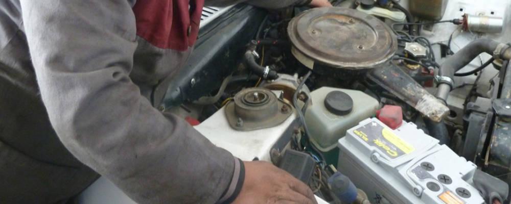 Meccanico durante un intervento di riparazione auto